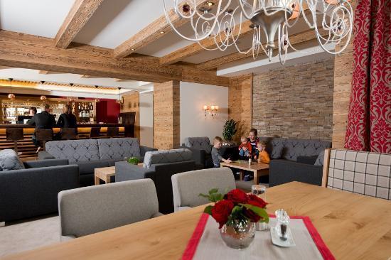 Wellness & Aparthotel Taxerhof: Hotellobby
