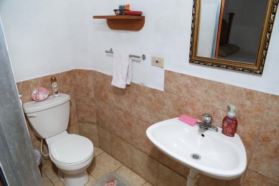 Tobago Lesville: bathroom