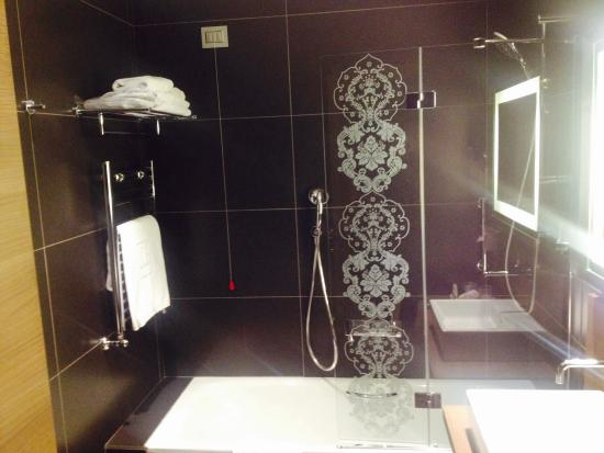 Cuarto de baño moderno y completo - Picture of NH Collection ...
