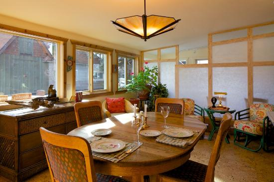 Euclid House Bed and Breakfast: Sunlight Dining/Gathering Space