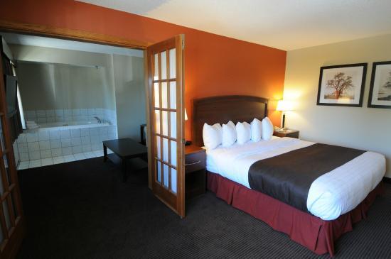 AmericInn Lodge & Suites Bemidji: Two room king whirlpool suite