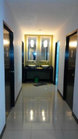 Link Corner Hostel Bangkok: коридор и умывальники
