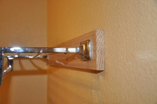 Days Inn Hurricane/zion National Park Area: HIgh class - how to fix a towel rack?