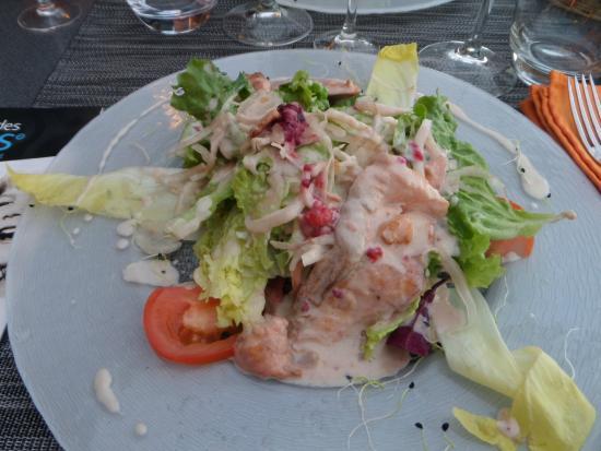 restaurant les dunes : Escalopine de saumon poêlée à la framboise su salade de saison