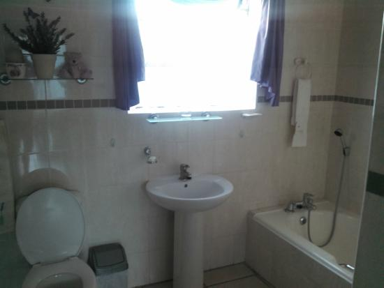 Le Blue Guesthouse: Large, clean bathroom