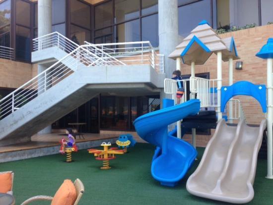 Venezuela Marriott Hotel Playa Grande: Parque infantil frente a la piscina, al lado del restaurant