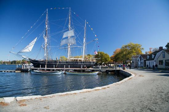 ‪‪Mystic‬, كونيكتيكت: The 1841 whaleship Charles W. Morgan docked at Mystic Seaport.‬