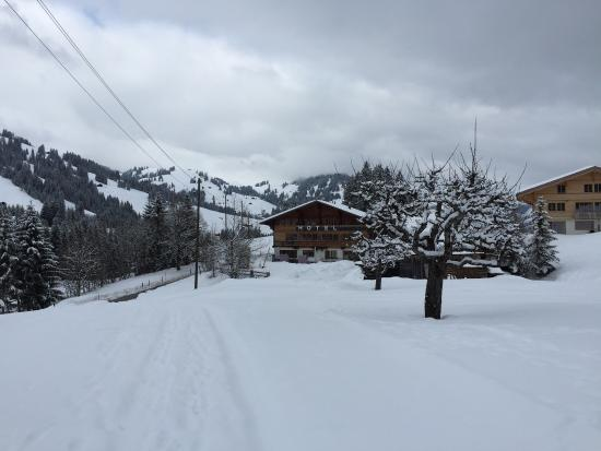 Le Petit Relais : View of the hotel - it isn't far from the ski slopes.
