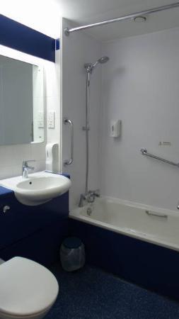 Travelodge Bath Central: banheiro otimo