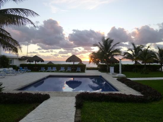 Casita Blanca Condos : Pool at sunrise