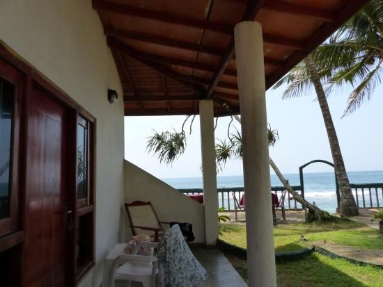 Shanthi Beach Resort: Terrace of the cabana and garden