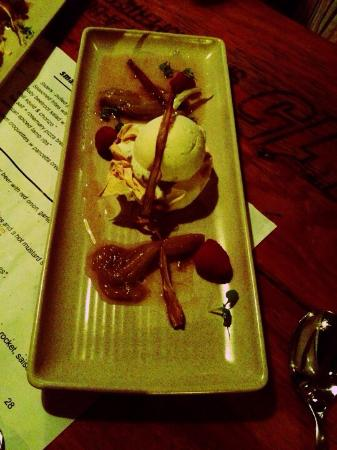 The Pour House Bar and Kitchen: Vanilla ice cream on filo pastry with warm rhubarb and fresh raspberries... To die for!