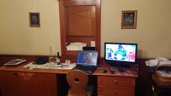 Le bureau avec ordinateur et télévision photo de sporthotel