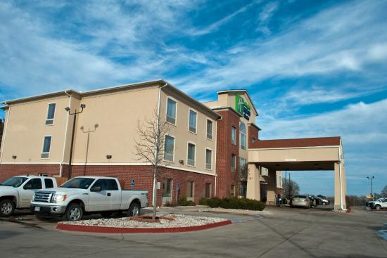 Holiday Inn Express Hotel & Suites Shamrock North: View from the street