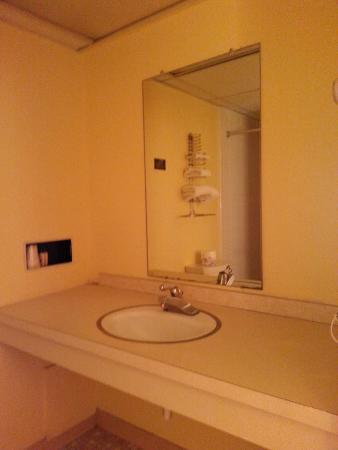 Gulf Towers Resort Motel: 1960's Bathroom