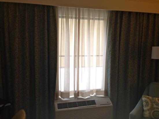 Hampton Inn Charleston - Daniel Island: Can't close the outer curtains more than this.