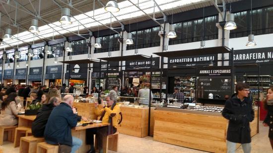 Praça de alimentação do Mercado - Foto de Time Out Market 153817f754fee