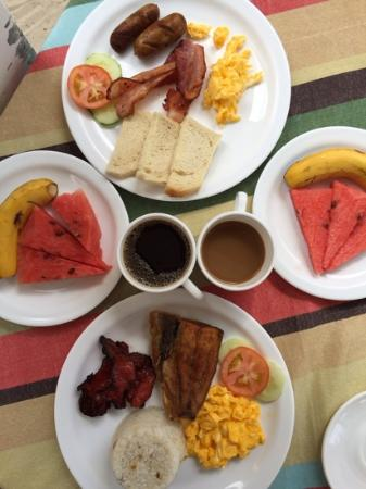Crystal Sand Beach Resort: Breakfast at the hotel. Philipine and american breakfast