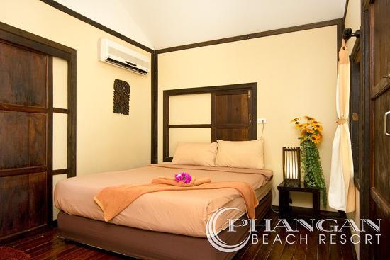 Phangan Beach Resort: beach front wooden ac