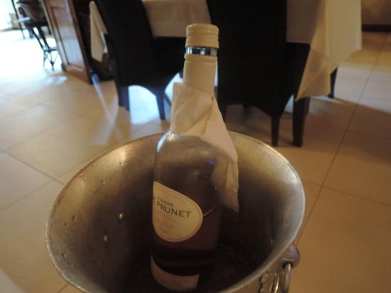 Mangoes Resort Restaurant & Bar: Complimentary bottle of wine