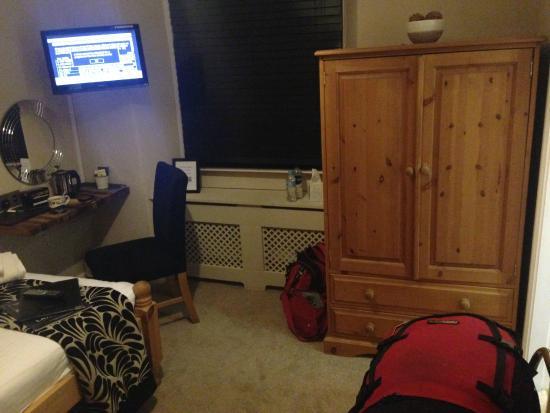 Holly Lodge Guest House: tv, wardrobe, jug