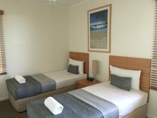 Coolum Beach, Австралия: Typical twin bedroom