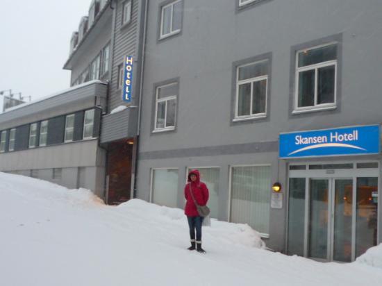 Skansen Hotell: Entrée de l'hôtel -neige à gogo !