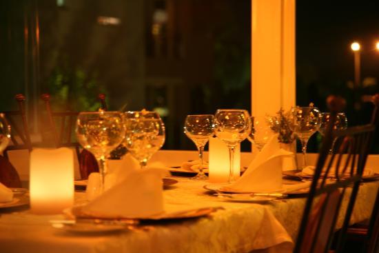 Conny's Hotel: restaurant setting