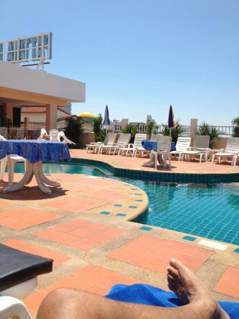 Pattaya Bay Resort: Pool on Roof with Restaurant