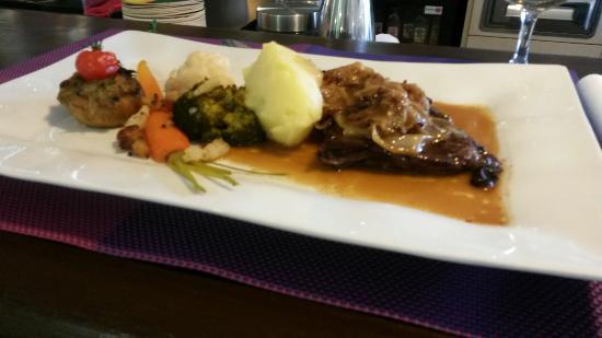 Cap Ouest: Une excellente bavette  aux échalotes confites et ses légumes frais cuisinés une tuerie!