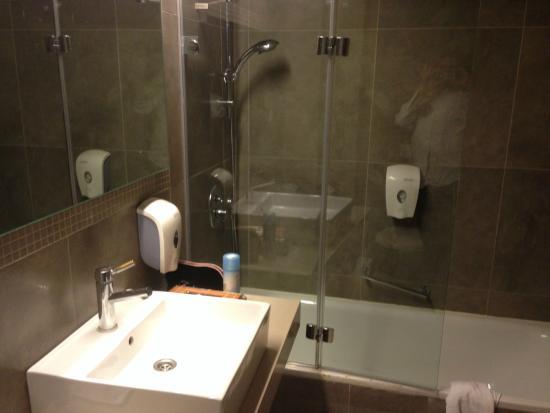 Kibbutz Lavi Hotel: one side of the bathroom