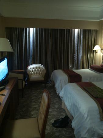 Tiara Medan Hotel & Convention Center: TV dan 2 kursi yg nyaman