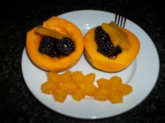 The Ohia House : light breakfast requested, yumm papaya, blackberries, star fruit