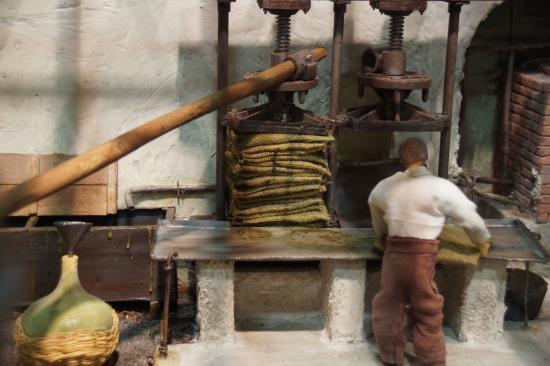 Musée de l'Olivier et de l'Huile Grecque : Μακέτα - Πιεστήριο τσουβαλιών / Συλλογή λαδιού