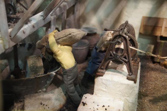 Musée de l'Olivier et de l'Huile Grecque : Μακέτα - Άδειασμα τσουβαλιού στο τριβείο