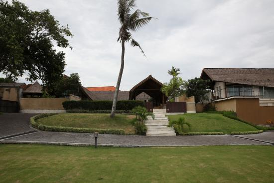 The Samata: Front of the villa