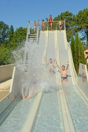 Camping Les Pins: Le pentaglisse de la piscine