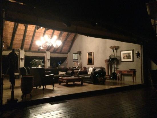Mvuradona Safari Lodge: The beautiful lounge, where free coffee is served all day!