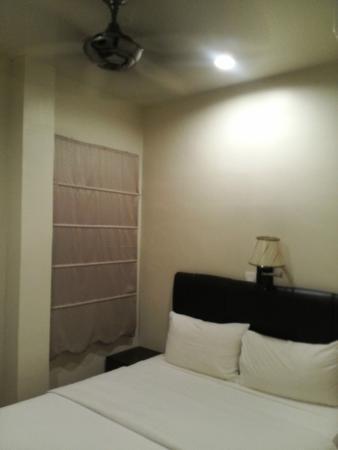 Hotel Hong: Ada AC n Kipas Angin (pas di atas tpt tidur) - kamar yg sempit