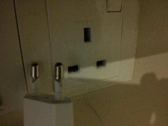 Hotel Hong: Charger-ku rusak, siap2 siapkan universal charger karena pihak hotel ga menyediakan yang memadai