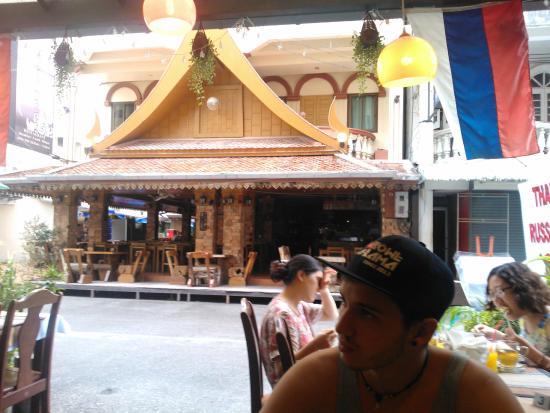 Tropicoza Guesthouse: área do restaurante , frente do hotel