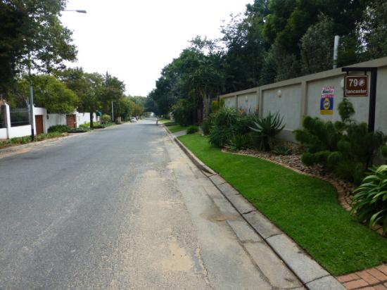 Liz at Lancaster Guesthouse: Area and main road outside the guesthouse