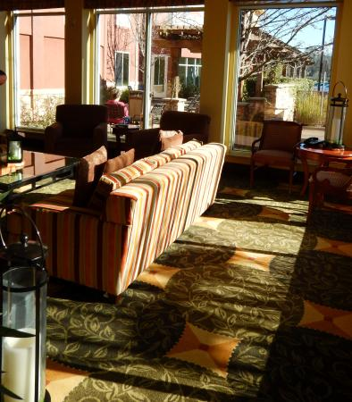 Hilton Garden Inn Sonoma County Airport: lounge area