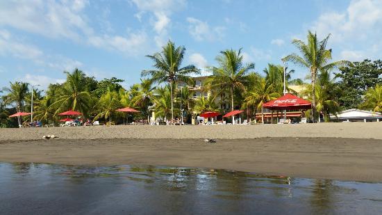 Hotel Los Ranchos: Пляж Хако бич,  темный песок