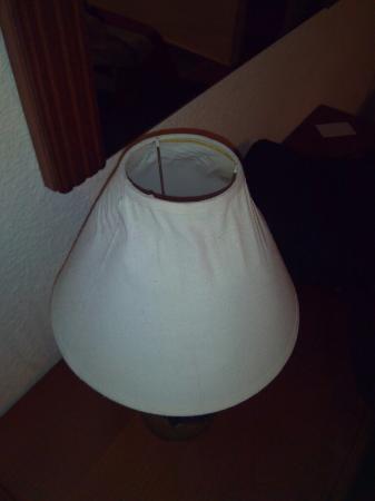 Valdemoro: Lámpara quemada y sin enchufar. Ni hay enchufe cerca