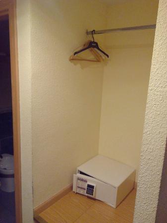 Valdemoro: Un armario de dos cuerpos. Vergonzoso