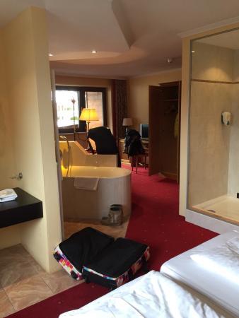 Hotel Gasthof Brücke: #306 een bad, woon en slaapkamer in één!