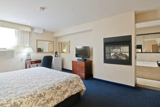 Travelodge Trenton: Hot Tub Suite with Fire place/ Honeymoon Suite