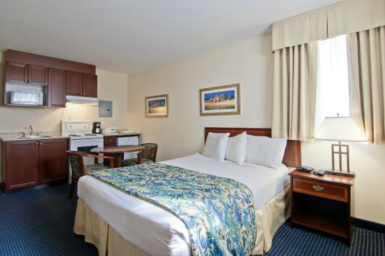 Travelodge Trenton: Kitchenette Room with 1 Queen Bed
