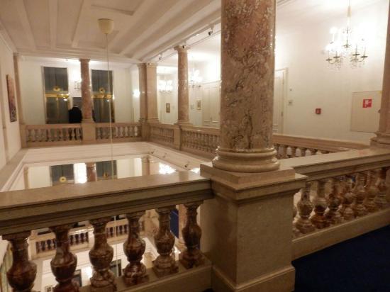 Hotel Ambassador: エレベーターホール